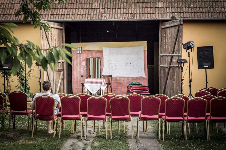 """Cultură'n Șură sau rolul asumat al teatrului în dezvoltarea rurală. Caravana """"Cultură'n Șură"""", din nou în Sălaj"""