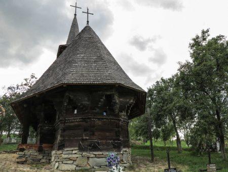 În satul Sârbi, la numărul 164, biserica de lemn e, încă, o punte între lumea de aici și ideea de divin