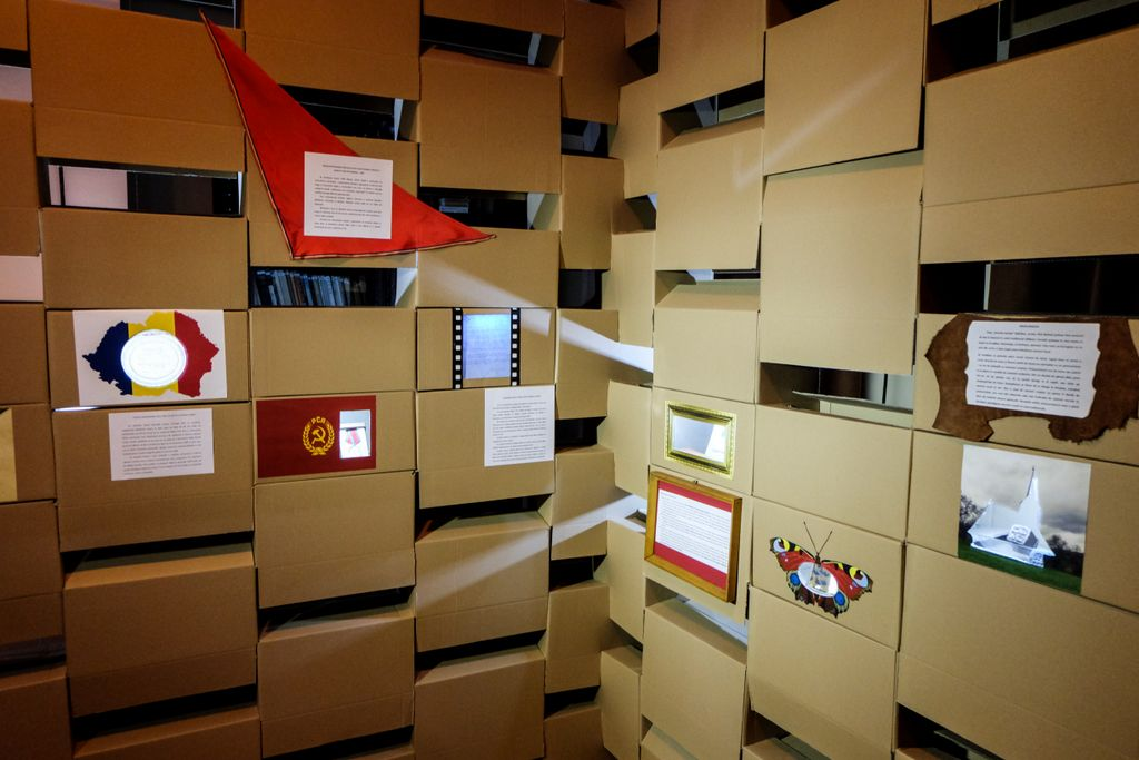 Din cutii de carton făcutu-s-a un zid al istoriei. Clio box, o altfel de expoziție în care piesele de muzeu au fost eliberate din vitrină