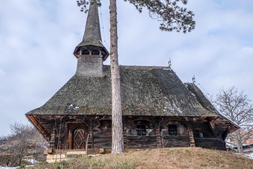 În coasta dealului ce adăpostește vechiul cimitir, Biserica de lemn din Cehei vorbește despre îngeri și serafimi