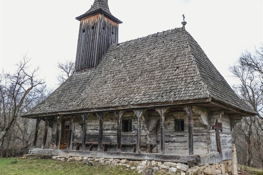 Farul călăuzitor al bisericii de lemn din Bozna. O turlă cum alta nu-i în Sălaj