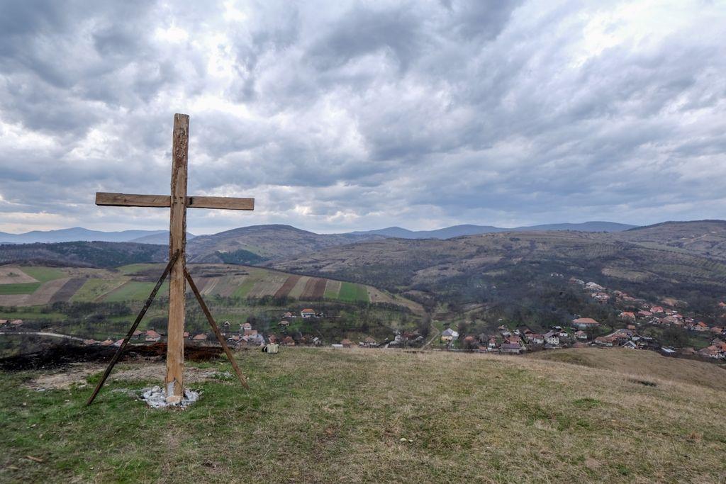 La Crucea de pe Măgura Boznii, de unde se vede până hăt departe