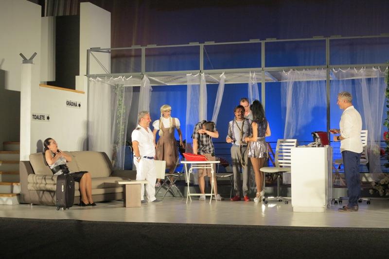 """Comedia bulevardieră """"Arta adulterului"""" și actorii de la Teatrul """"Regina Maria"""" Oradea au stârnit ropote de aplauze"""