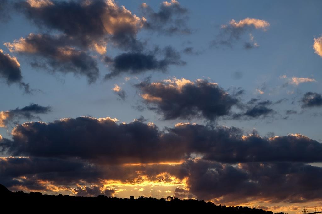 La apus de soare, norii-și cer culoare