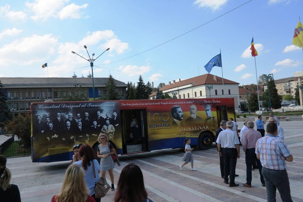 """Autobuzul """"Centenar Călător"""" se află în centrul Zalăului și așteaptă sălăjenii să-și întâlnească eroii"""