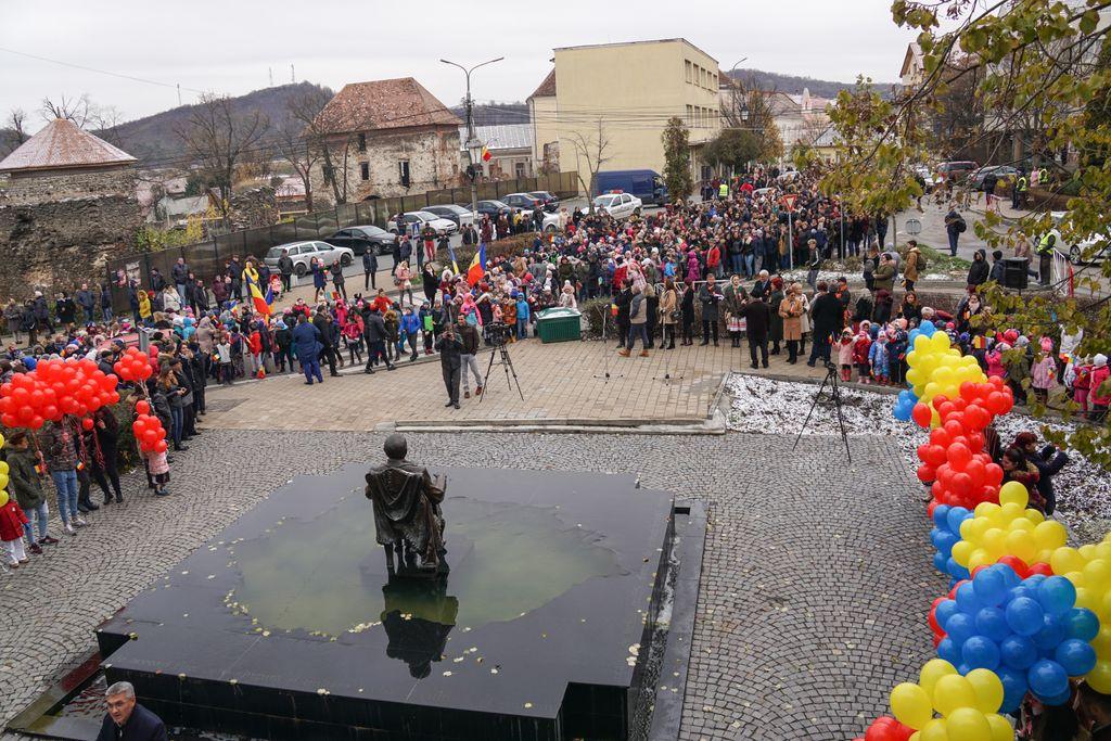 """Manifestare impresionantă la Șimleu Silvaniei: 2000 de elevi și copii de grădiniță din localitate, în marș pentru Centenar. Drapelul orașului, """"în zbor"""" către Alba Iulia"""