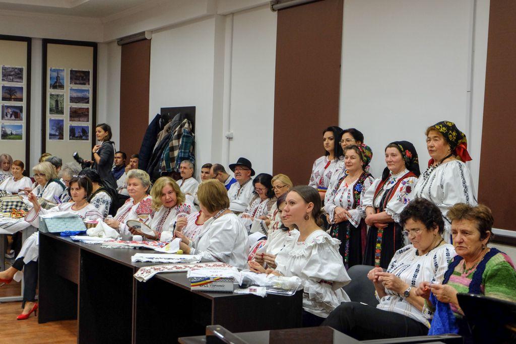 Șezătoare Centenară: un eveniment care a adunat 100 de pânze, povești românești și femei frumoase. Despre eleganța sufletească, despre Alina