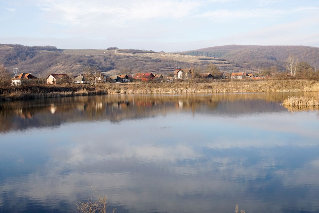 Lacul de la marginea drumului, acolo unde natura încearcă să repare ce au stricat oamenii