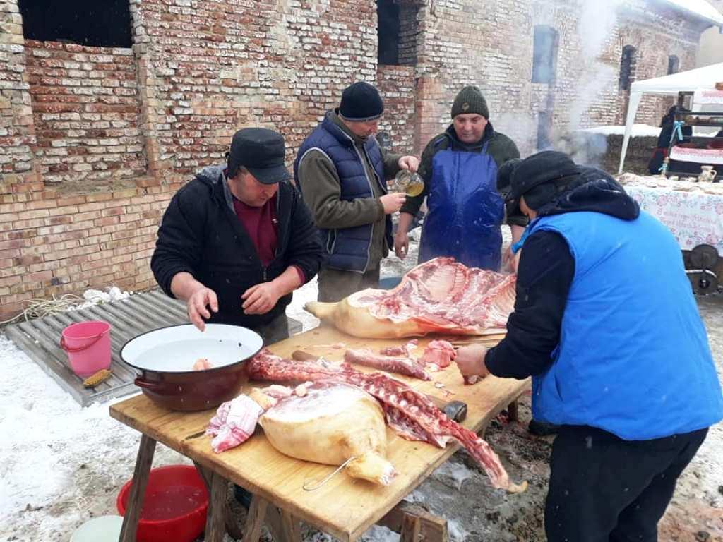 Concurs de tăiat și preparat carnea de porc, în mod tradițional, la Nușfalău