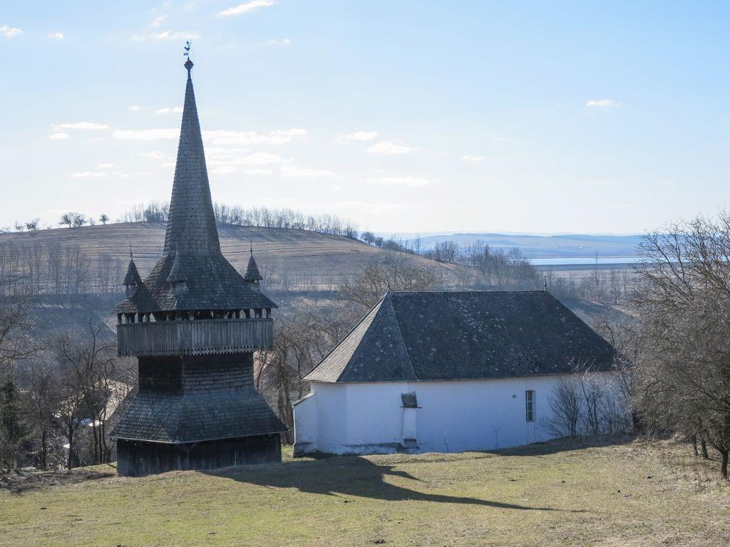 Impresionanta clopotniță de lemn a bisericii reformate din Recea poartă amprenta timpului și a ciocănitorilor