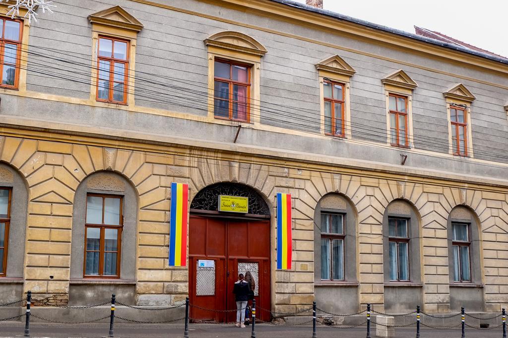 """În centrul Zalăului, școala """"Simion Bărnuțiu"""" e prima școală din oraș.  Pentru unii înseamnă """"școala mea"""". Un reper numit dascăl"""