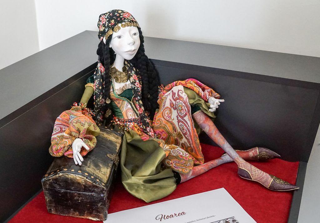 """Păpușile, în prim-plan la muzeu, în expoziția ,,Universul păpușilor – între joc și marcă identitară"""". O expoziție specială prin mesaj"""