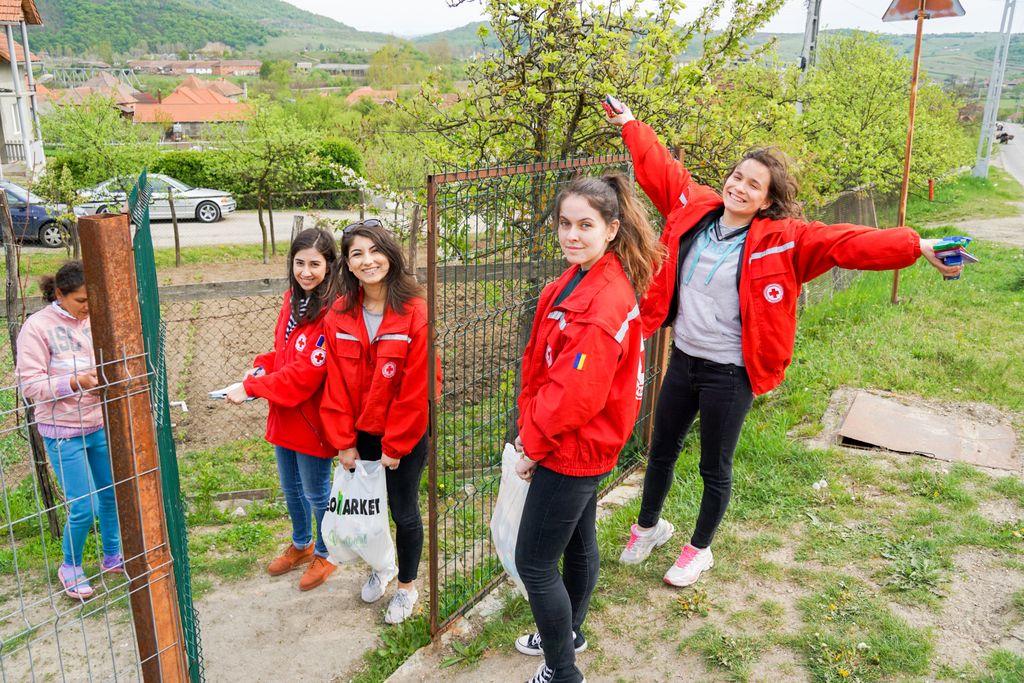 Voluntar pentru o zi la Crucea Roșie Șimleu Silvaniei. Întinzând o mână de ajutor cu Elena, Iasmina, Raluca și Lorena