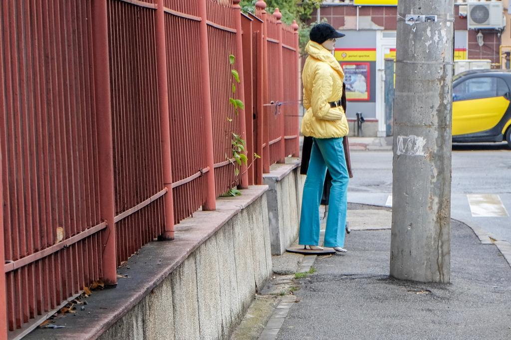 Dând binețe unui manechin pe trotuar. O convorbire telefonică cu o persoană necunoscută. Atunci când vezi mai mult decât e, uneori chiar faci să fie