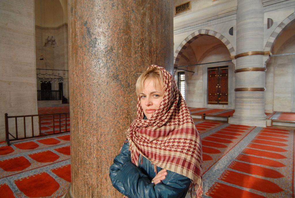 """Laura Galvacsy: """"Călătoriile m-au învățat că nu există adevăr absolut, că există o complexitate fenomenală în lume și că a fi diferit de cineva nu înseamnă a fi dușmanul aceluia"""""""