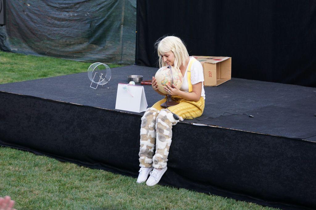 Teatrul unei seri de vară: Leila - one hamster show. Sau despre o doză mare de talent care a umplut Curtea Artiștilor: Andrada