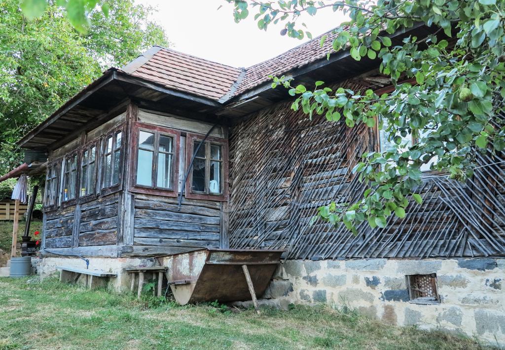 Casa țărănească din vârful dealului. Lumea atât de frumoasă a simplității. Ospitalitatea unui om de rând