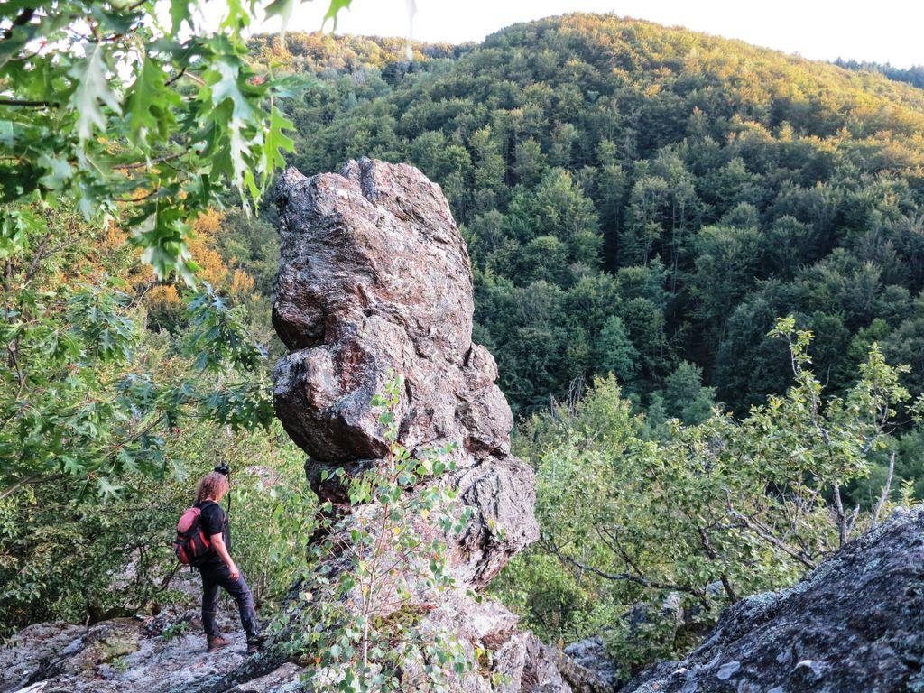 Superbele Coline ale Halmășdului. Sfinxul din vârful colnicului de piatră. Două nopți lângă Valea Mare