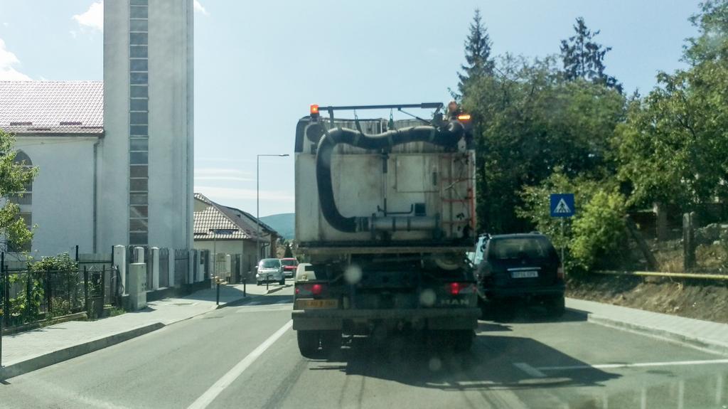 """Cum se poate bloca o stradă în Zalău, în miezul zilei? Simplu. Trimiți ditamai mașina să """"curețe"""" strada"""