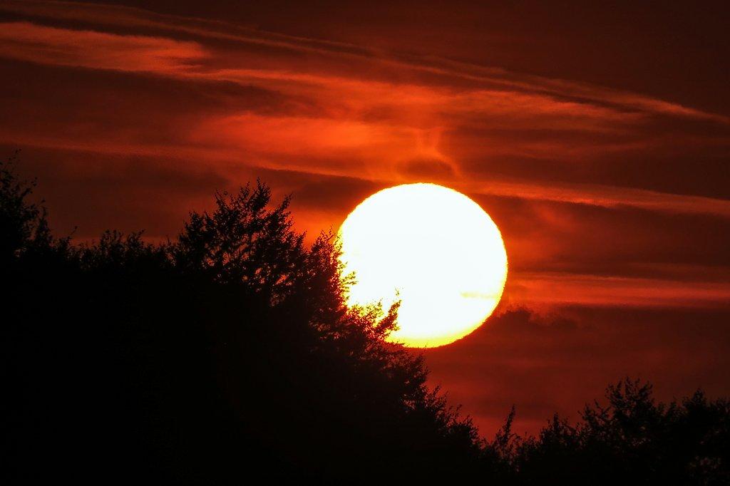 Când soarele apune peste lume