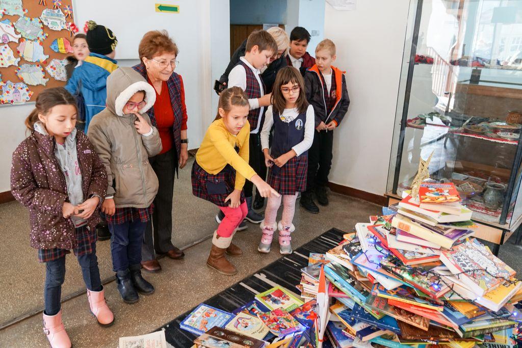 """Dai carte, ai parte! Copiii de la Școala Gimnazială """"Mihai Eminescu"""" din Zalău au donat cărți pentru a le face o bucurie copiilor de la Școala din Popeni"""