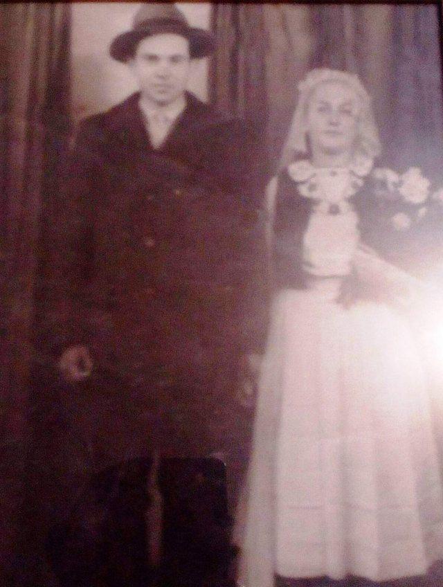 Văsălica și Floarea Petrii Mării, mire și mireasă, 15 februarie 1957 (fotografie din colecția familiei Ioan Pop)