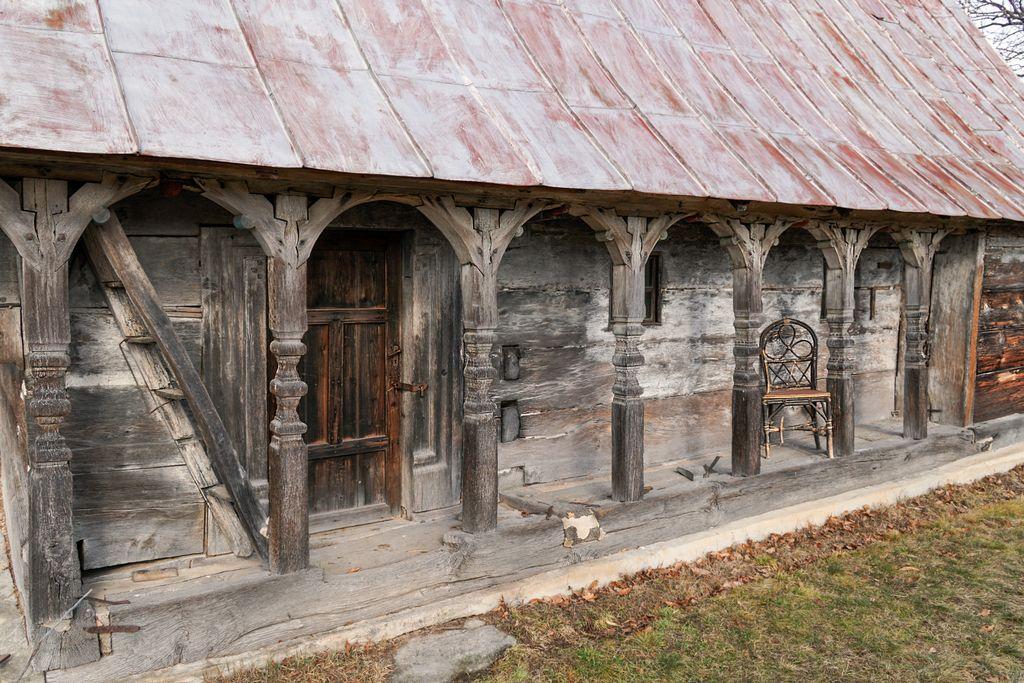 Așezată între dealuri, biserica de lemn din Răstolțu Deșert pare dată uitării. Un scaun pe prispă, pentru aducere aminte