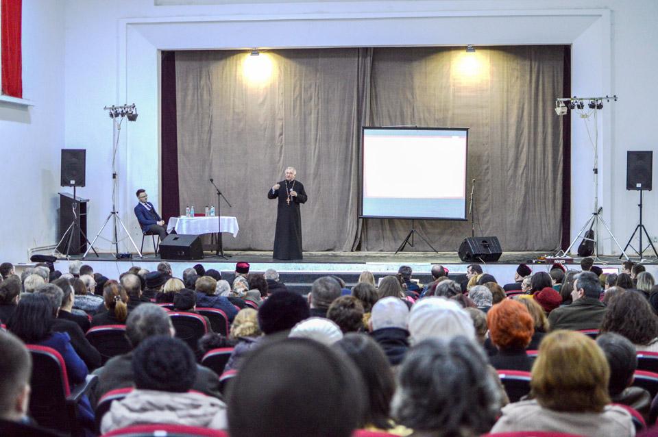 Sute de oameni au participat la conferința părintelui Stelian Tofană, de la Jibou
