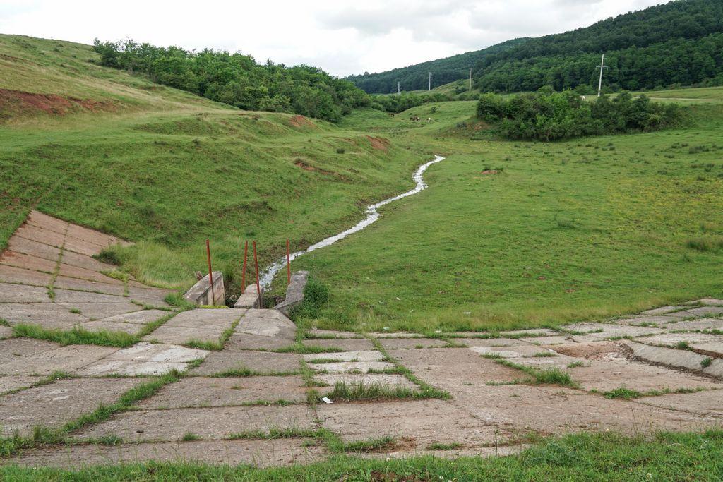Pitoresc la margine de drum: Micul baraj de pe Valea Bârsei, cu un tunel de 14 metri