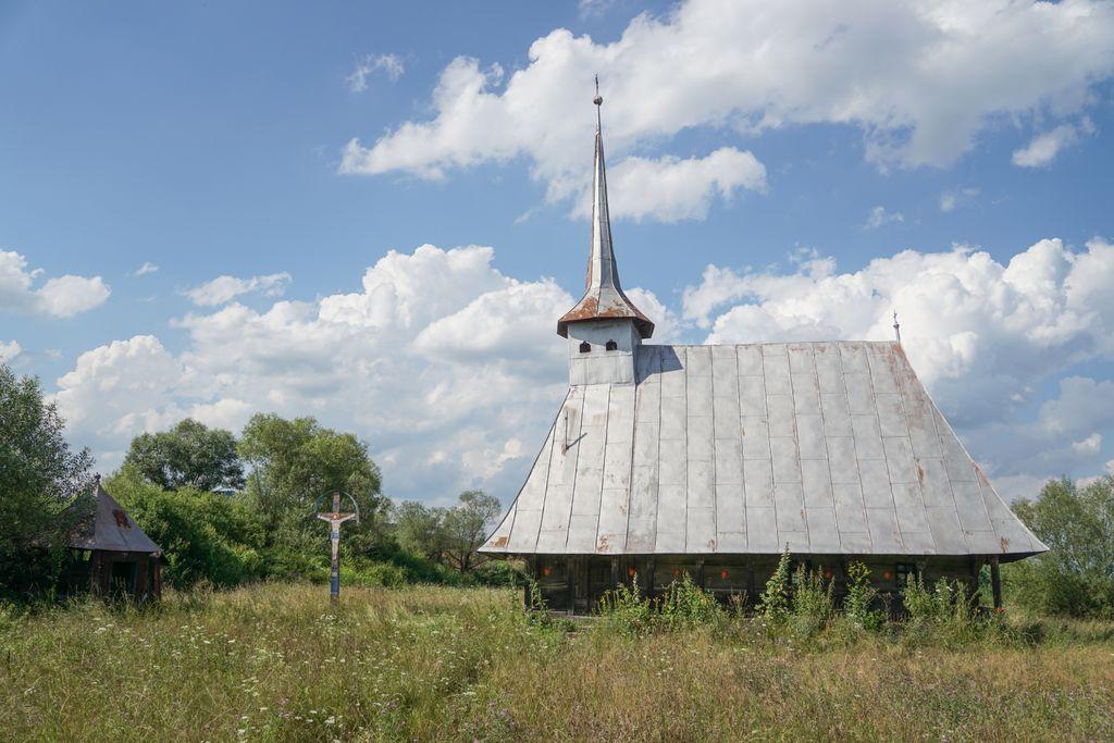 """Biserica de lemn din Romita, o """"fetiță cu chibrituri"""" într-un cimitir al porumbeilor"""