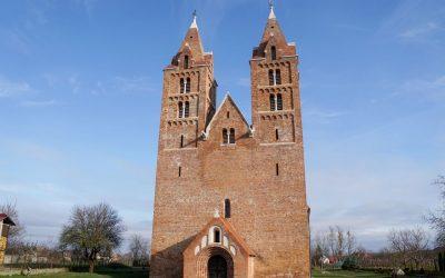 Biserica reformată din Acâș, cândva pe teritoriul Comitatului Sălaj, una dintre cele mai mari și mai vechi biserici romanice cu structură bazilicală
