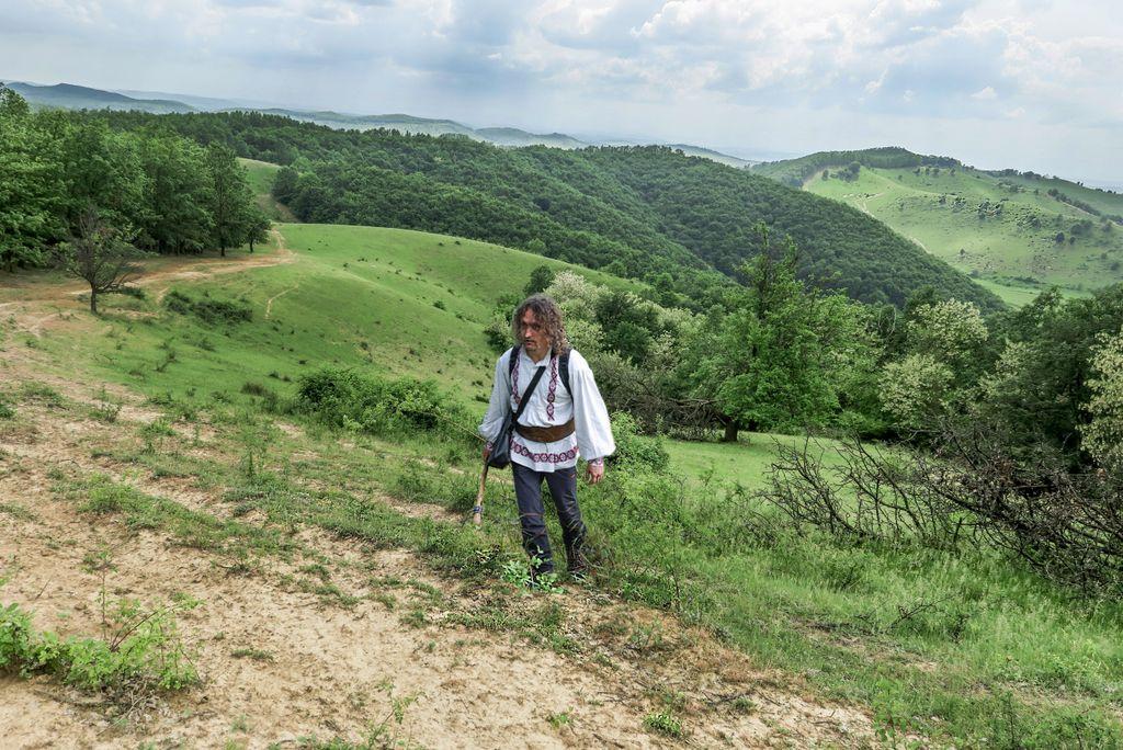 Pitorescul sălăjean. În cămașă țărănească pe dealurile verzi de lângă Trestia. Au înnebunit salcâmii