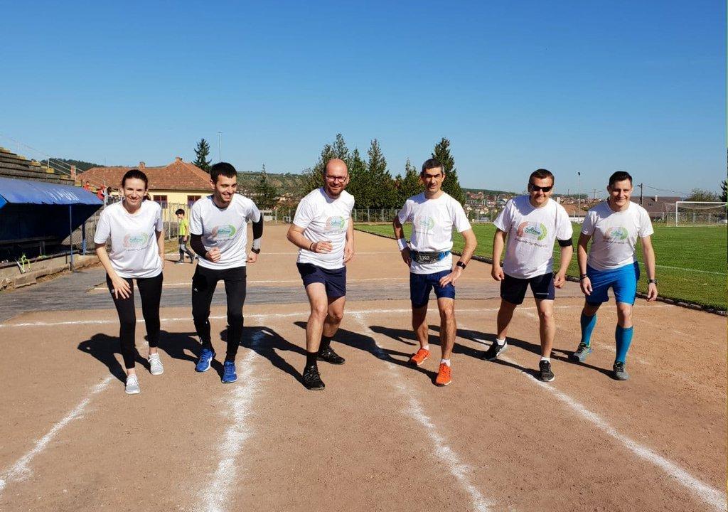 Viceprimarul Nicolae Fazakas şi jurnalistul Adrian Lungu promovează Zalăul, de ziua orașului, alergând cu steagul municipiului zeci de kilometri