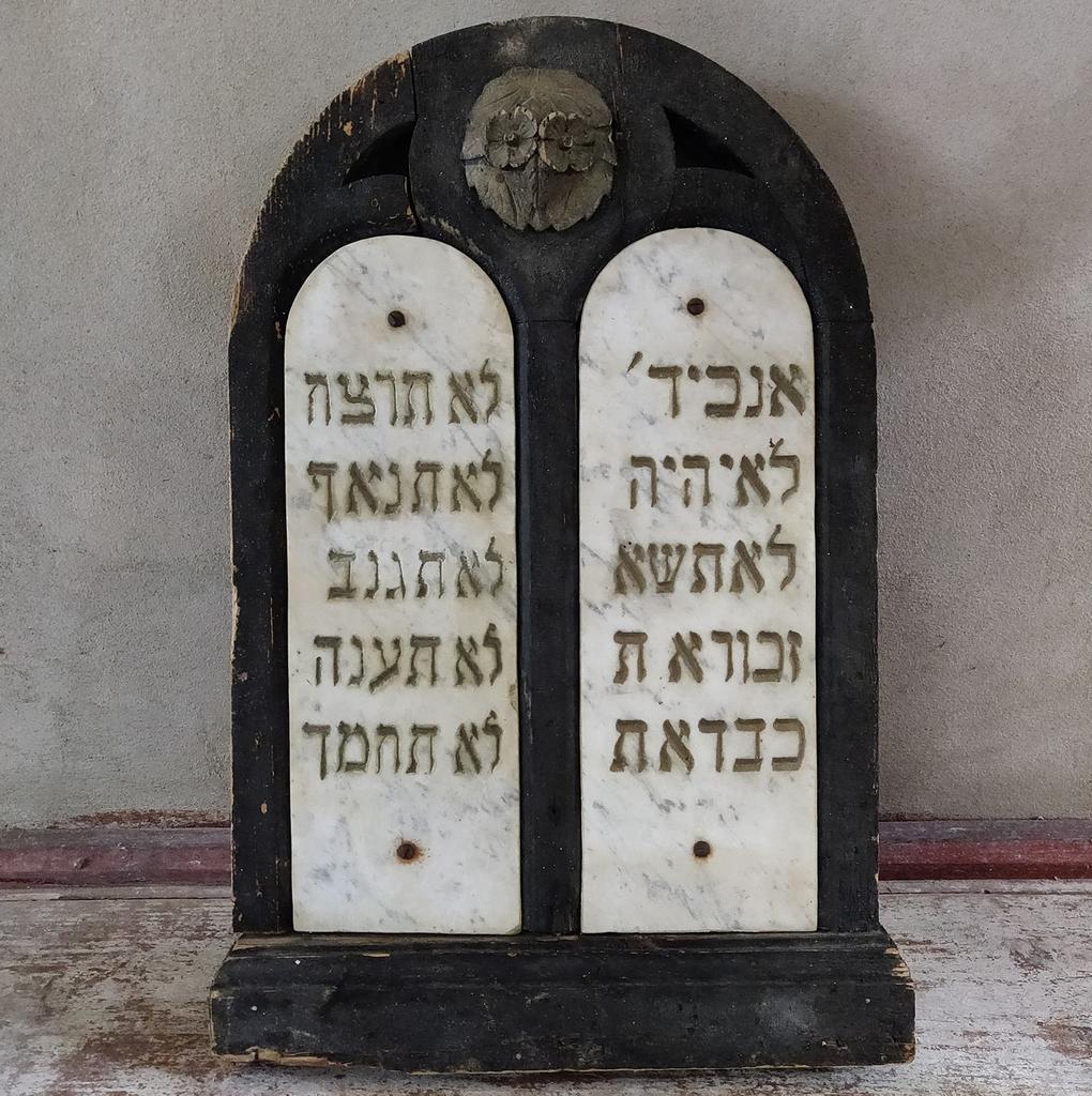 Tăblița legii, dispărută în anii comunismului, a fost restituită Sinagogii din Șimleu Silvaniei și va fi inaugurată odată cu deschiderea noii expoziții a Muzeului Holocaustului