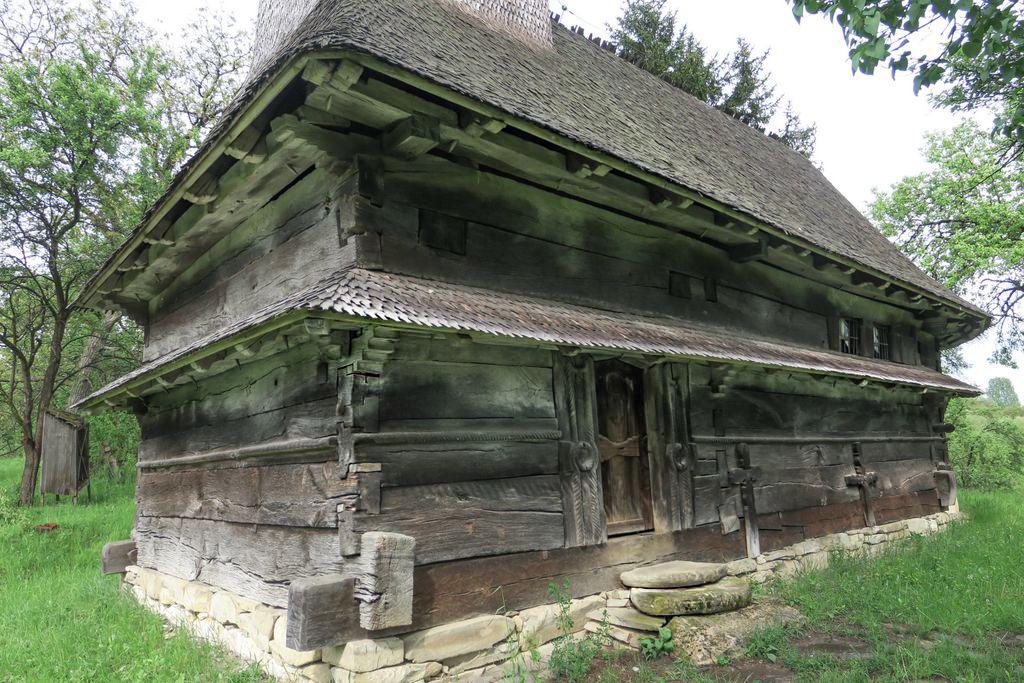 Construită cu două poale de streșini, biserica de lemn din Domnin este unică în Sălaj. Sub semnul ghionoaiei