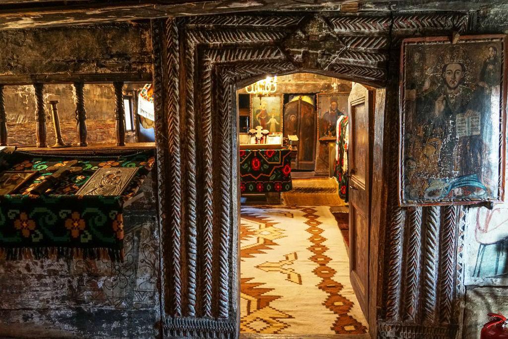 """Ridicată pe Valea lui Țucu-te, Biserica de lemn cu două hramuri din Păușa e una dintre cele mai frumoase biserici de lemn din Sălaj. """"Popa de suflet al lui tata"""""""